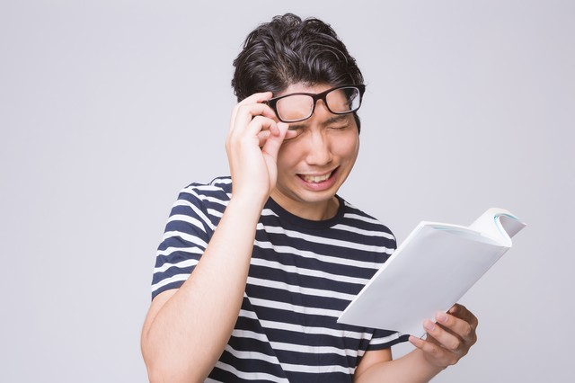 本を読んで感動する男性の写真