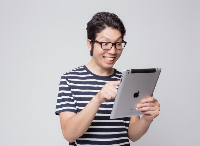 初めてiPadを使う男性の様子の写真