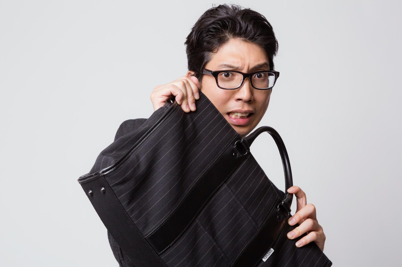 「鞄でガード(防御)する怯えた表情のビジネスマン鞄でガード(防御)する怯えた表情のビジネスマン」[モデル:紳さん]のフリー写真素材を拡大