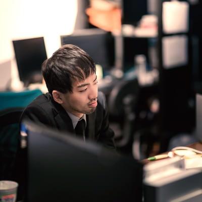 「オフィスで孤独に残業中」の写真素材