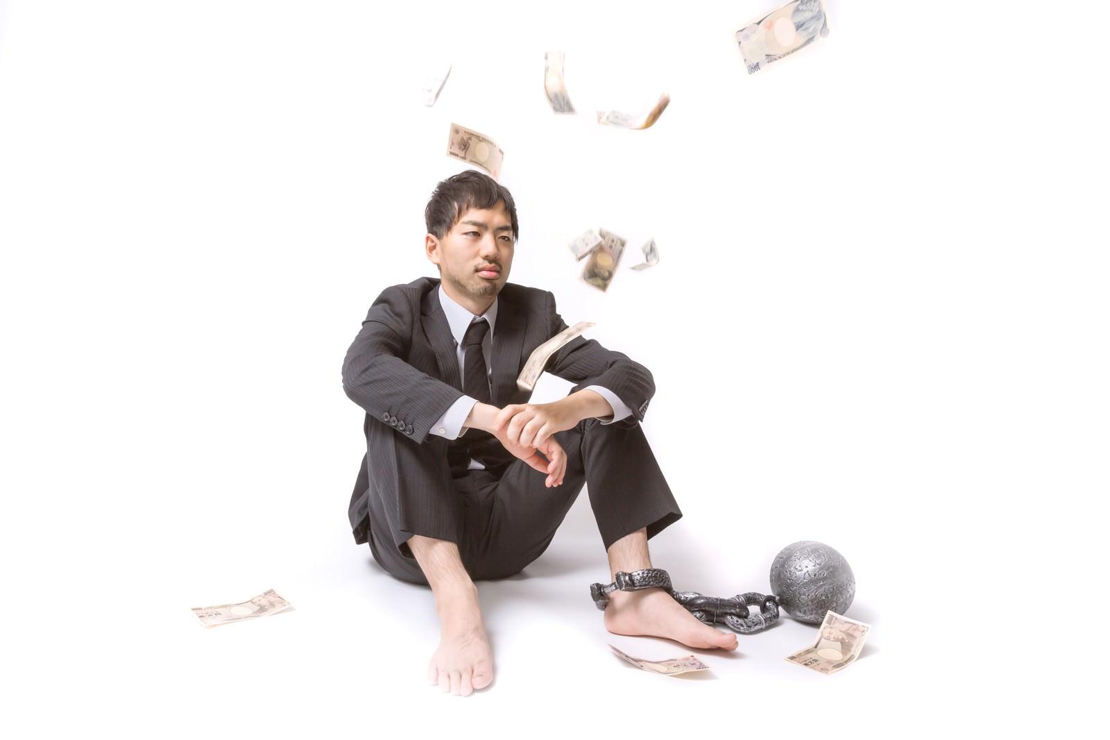 「上からお金が降ってくる、社畜の会社員」の写真[モデル:ひろゆき]