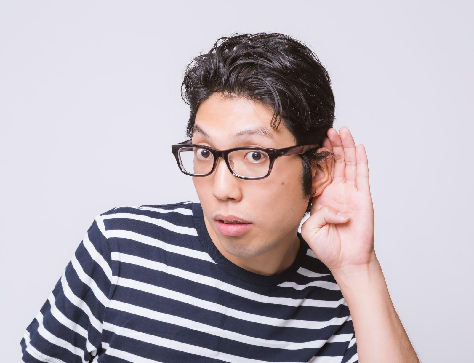 「耳に手をあてる男性耳に手をあてる男性」[モデル:紳さん]のフリー写真素材を拡大