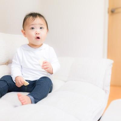 「想定外に戸惑う赤ちゃん」の写真素材