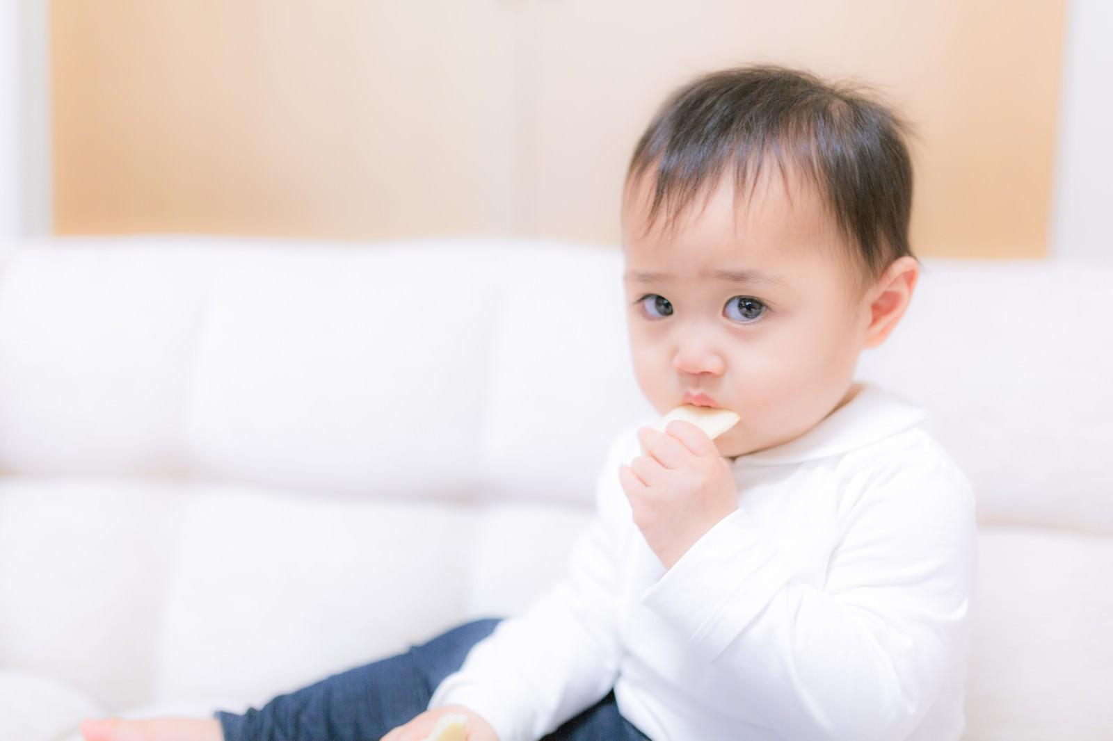 「お菓子をあげたら泣き止んだ赤ちゃん」の写真[モデル:Lisa]