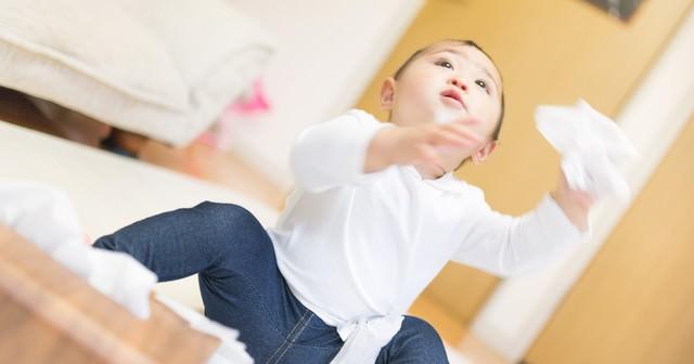 ティッシュをひっぱる赤ちゃんの写真