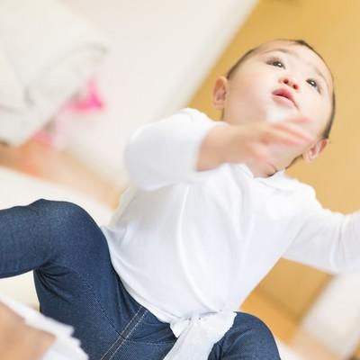 「ティッシュをひっぱる赤ちゃん」の写真素材