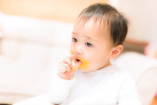 離乳食が口の周りにべっとり付いた赤ちゃんの写真