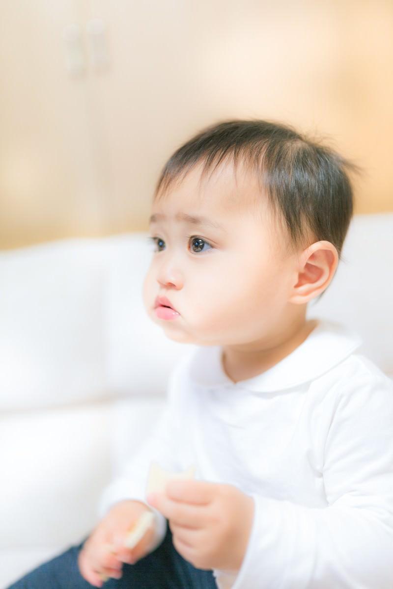 「口いっぱいにモグモグ(赤ちゃん)」の写真[モデル:Lisa]