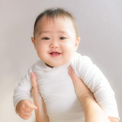 高い高いすると泣き止む赤ちゃんの写真