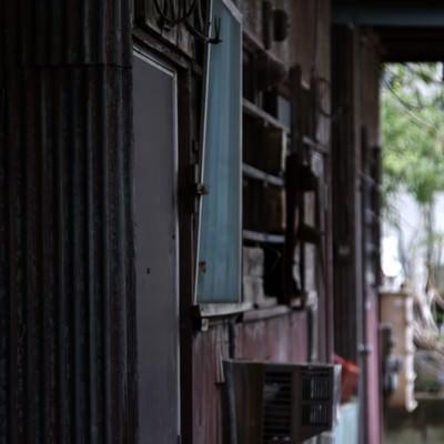 「ボロボロのアパート」の写真素材