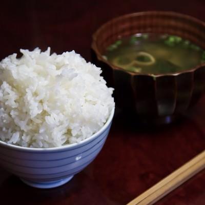「てんこ盛りご飯とみそ汁」の写真素材