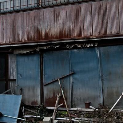 朽ちたアパートの写真
