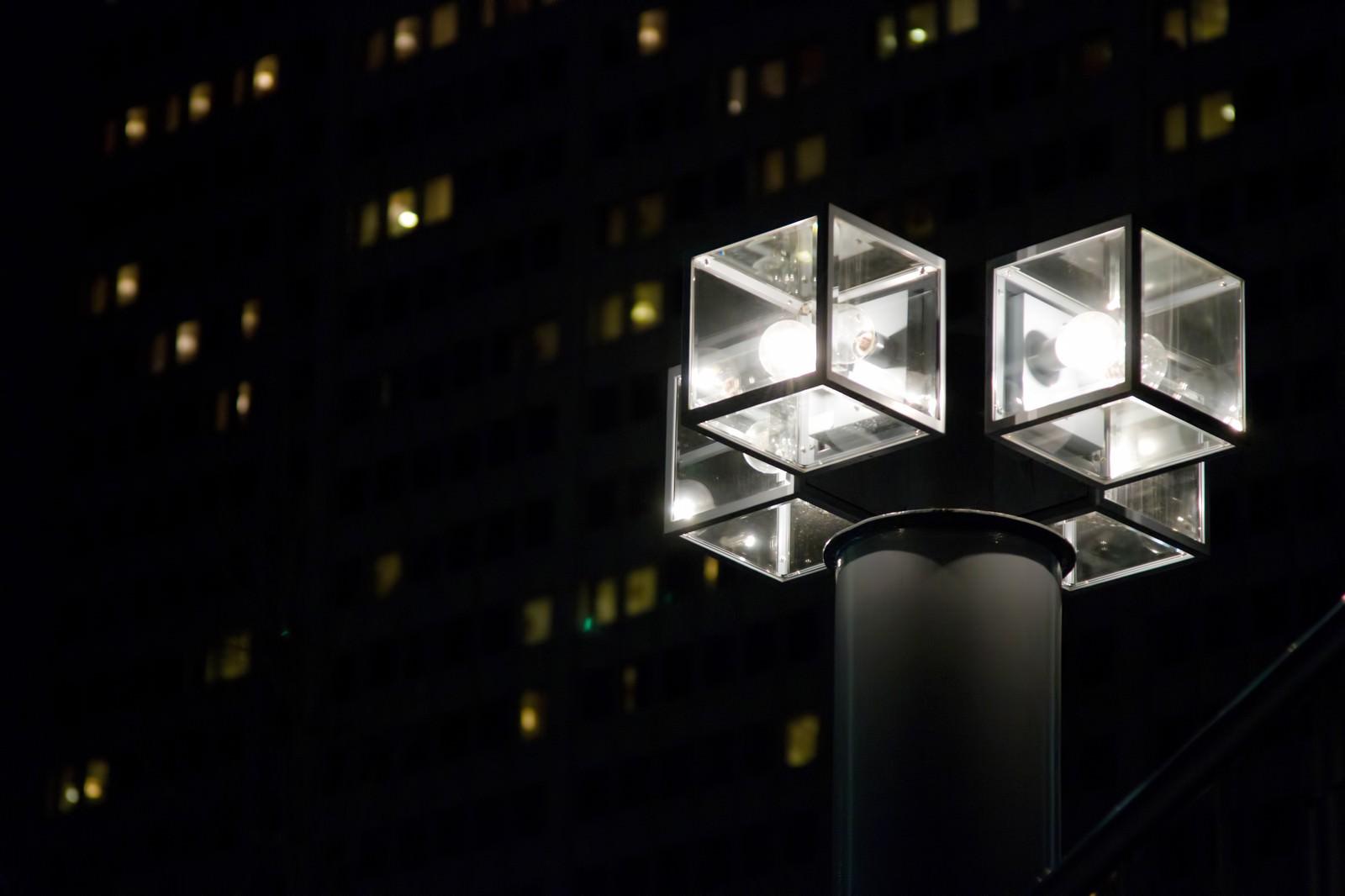 「オフィスを照らす四角い街灯オフィスを照らす四角い街灯」のフリー写真素材を拡大
