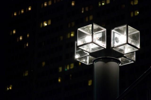 オフィスを照らす四角い街灯の写真