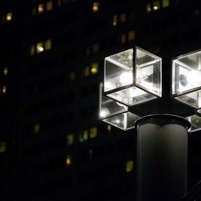 「オフィスを照らす四角い街灯」の写真素材
