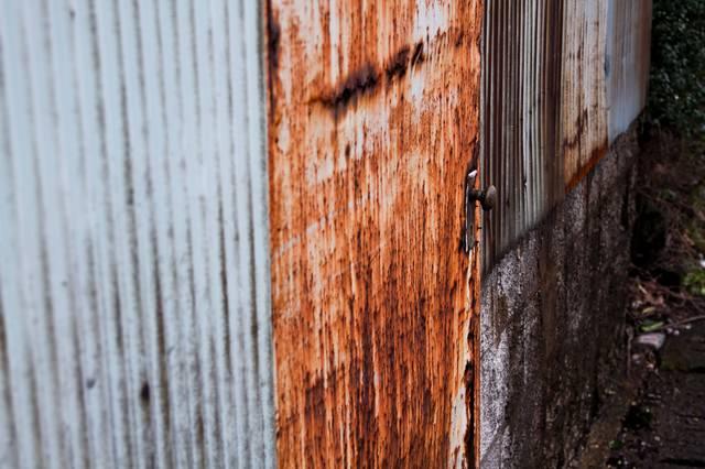 トタンと錆びた扉の写真