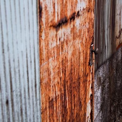 「トタンと錆びた扉」の写真素材