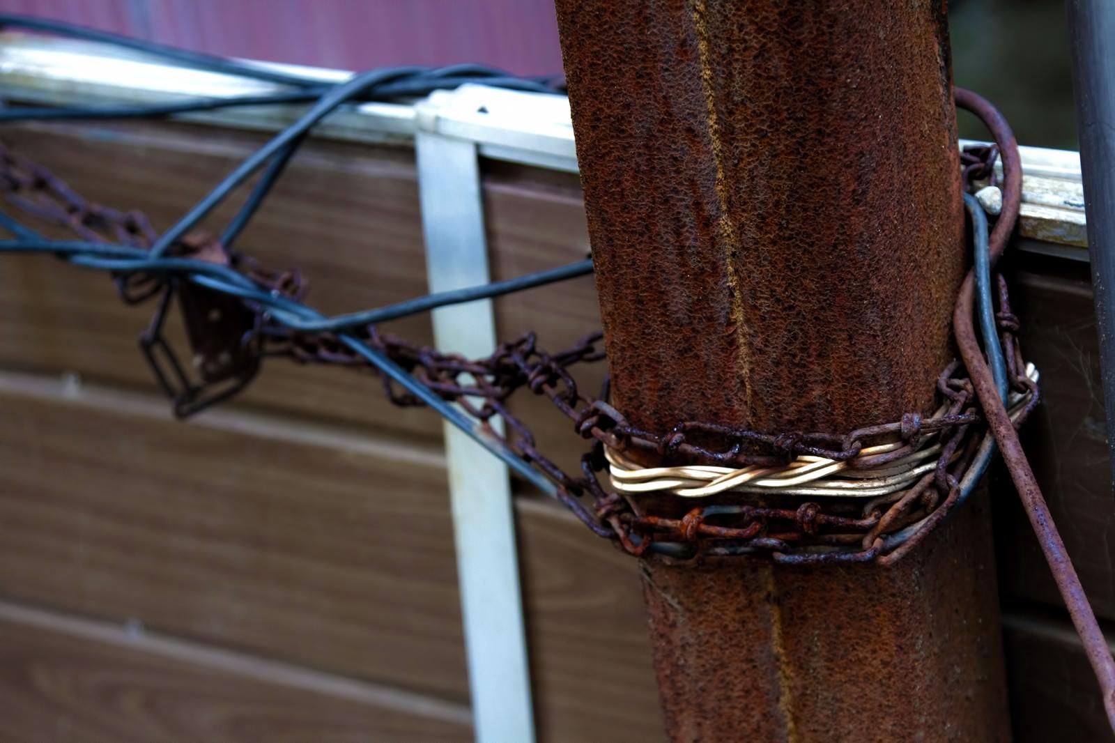 「鎖がぐるぐる巻かれた進入禁止場所」の写真