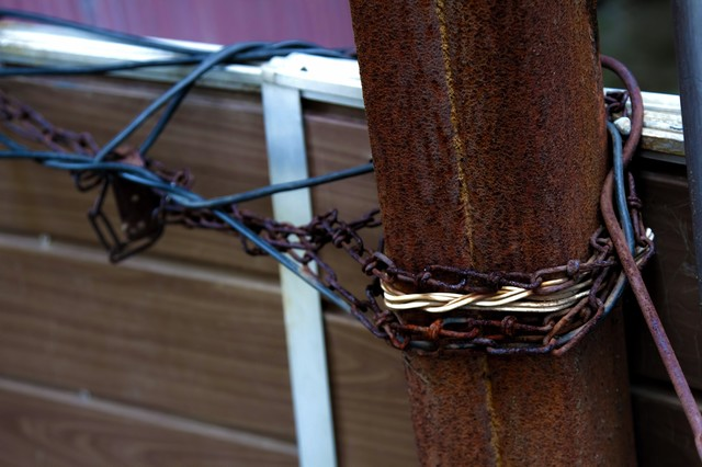 鎖がぐるぐる巻かれた進入禁止場所の写真