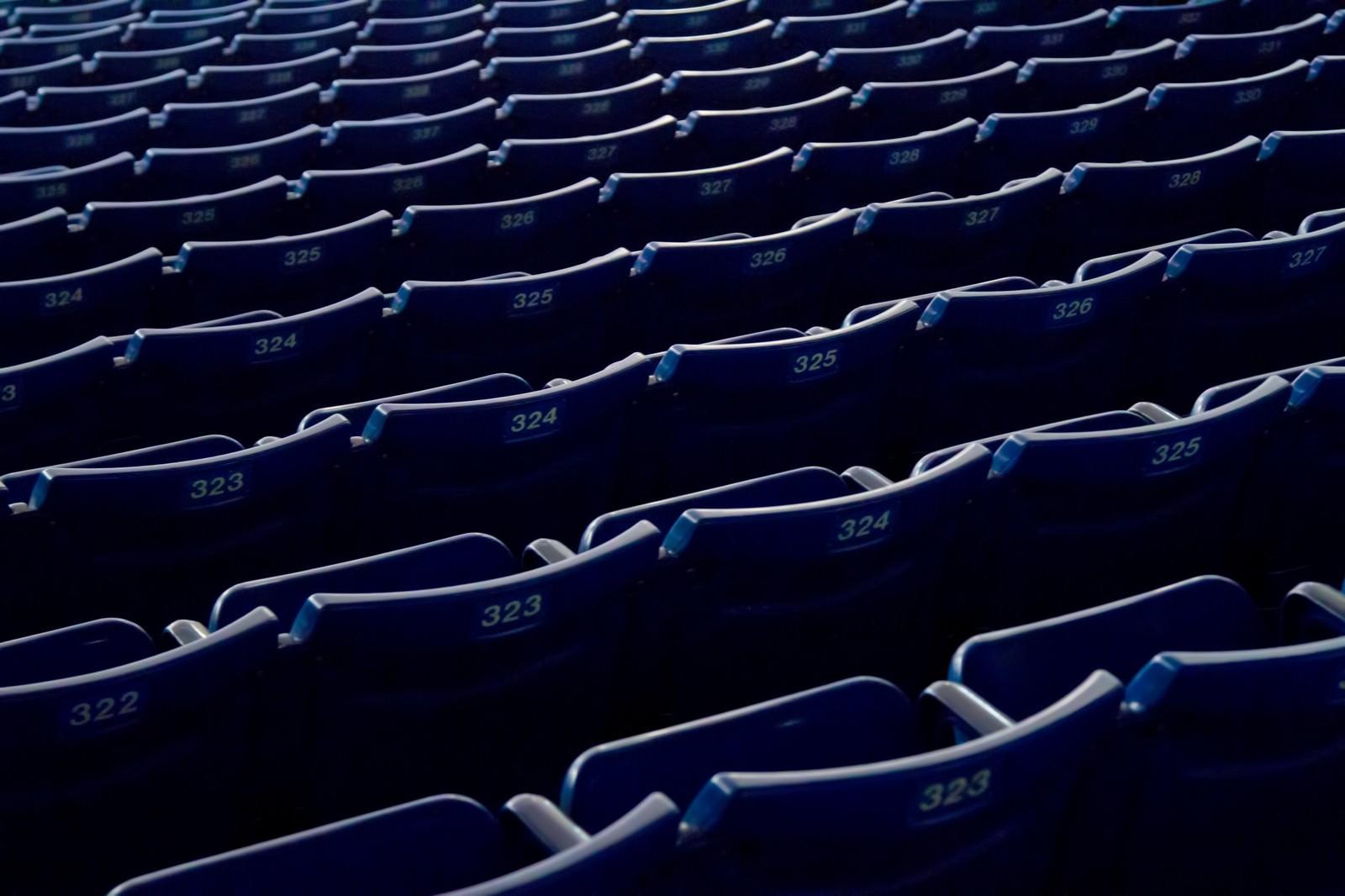 「スタジアムの並んだベンチ」の写真