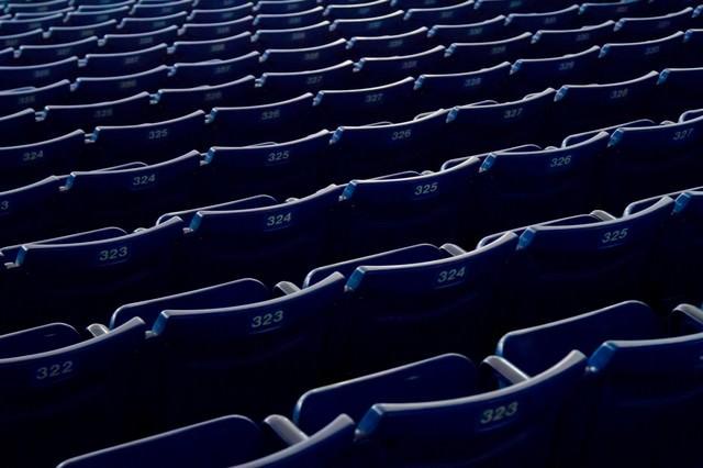 スタジアムの並んだベンチの写真
