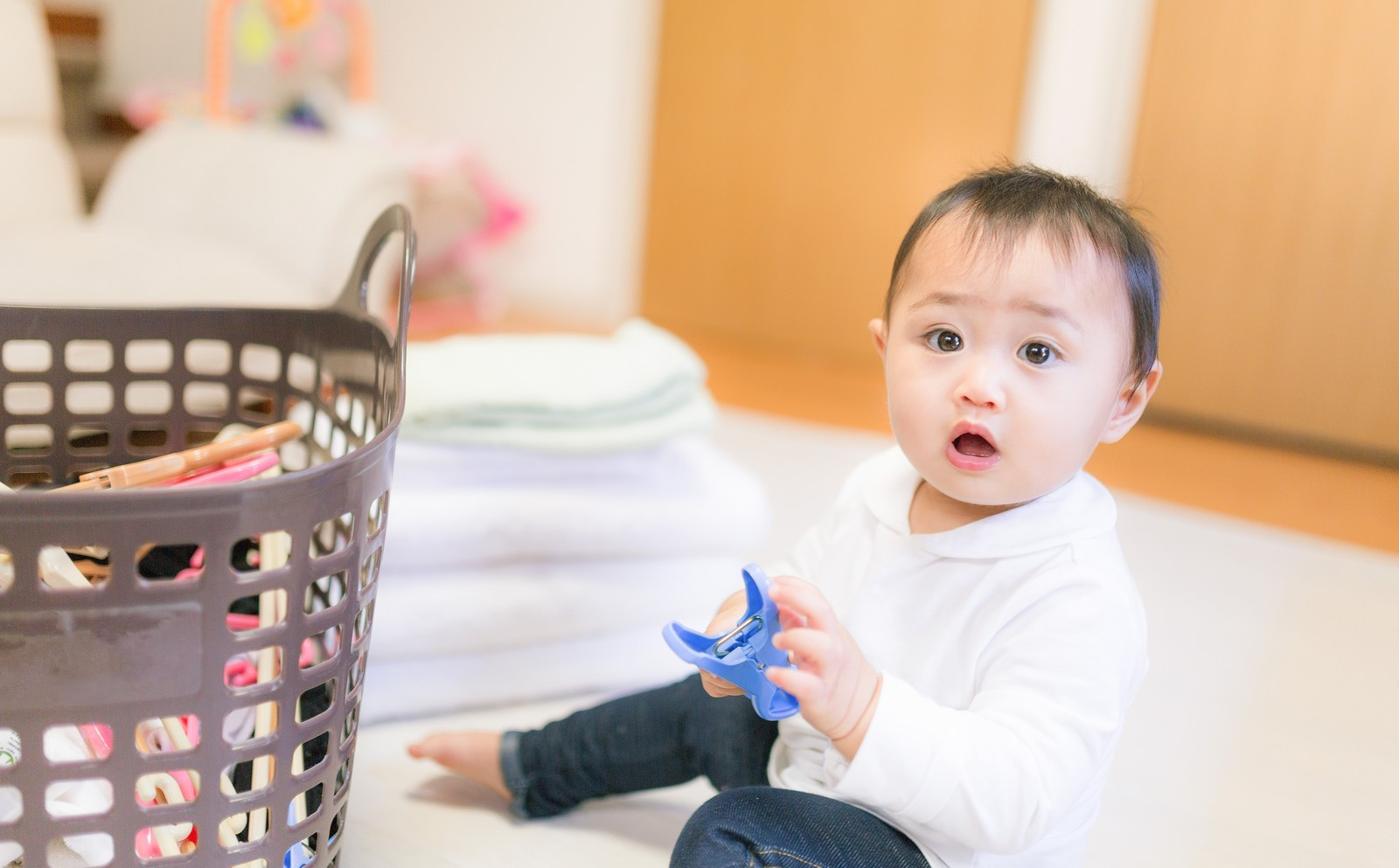 「部屋干しを期待する赤ちゃん(洗濯物)」の写真[モデル:Lisa]