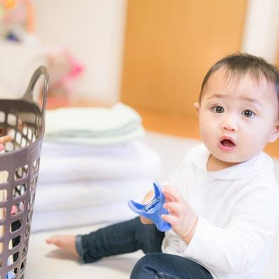 「部屋干しを期待する赤ちゃん(洗濯物)」の写真素材
