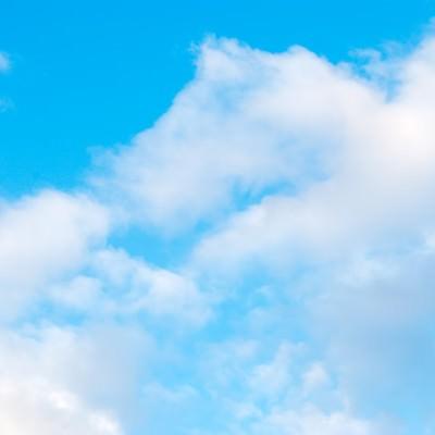 「青空とふわふわ雲」の写真素材