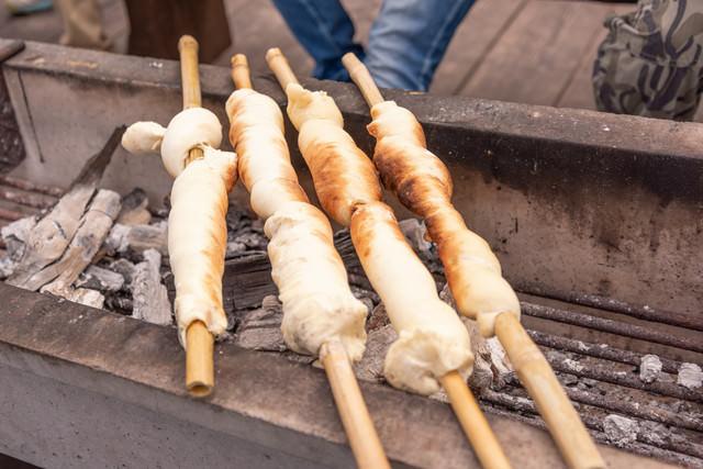 武石観光センターで振る舞う竹筒に巻いて焼く縄文パンの写真