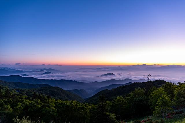 朝焼けの空と雲海の写真