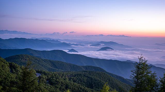 朝焼けに染まる空と雲海の写真