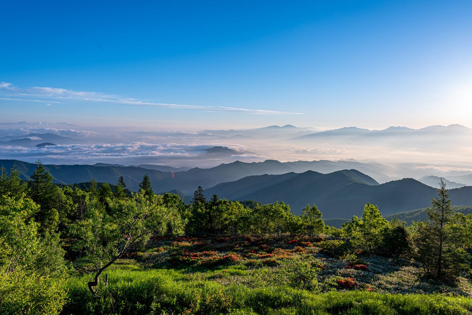 「山頂から見る雲海と山並み」の写真
