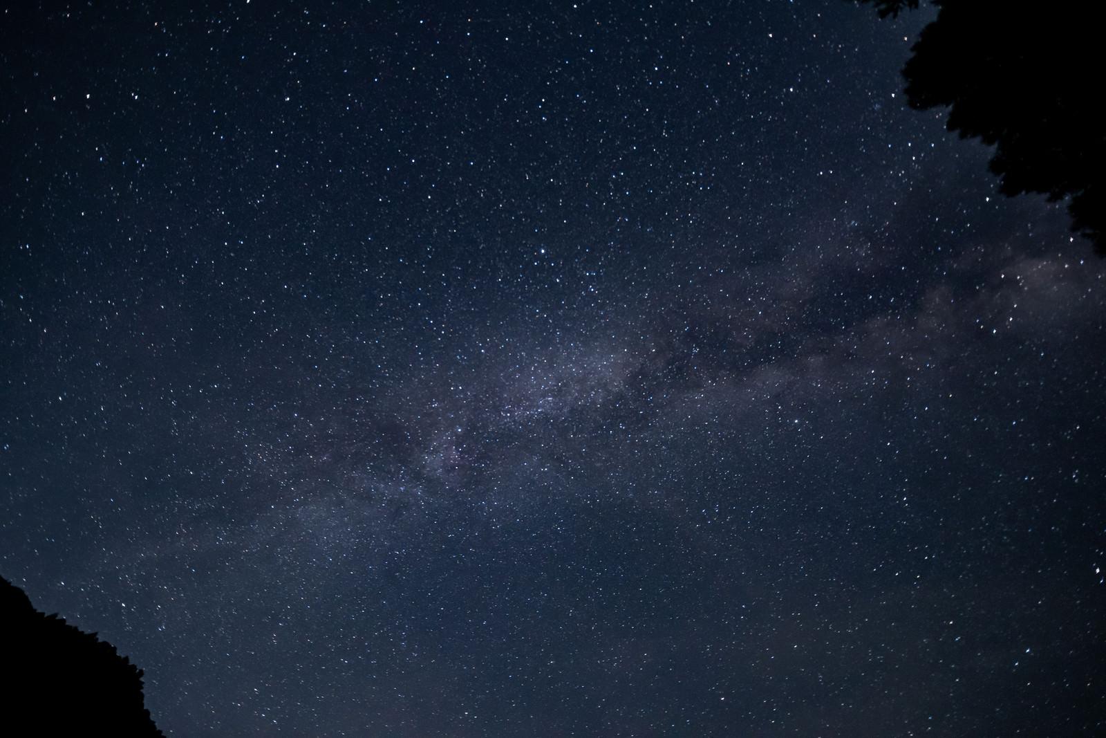 「夜空に浮かび上がる天の川」の写真
