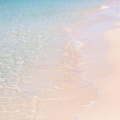 「美しい波打ち際(宮古島の前浜ビーチ)」の写真素材