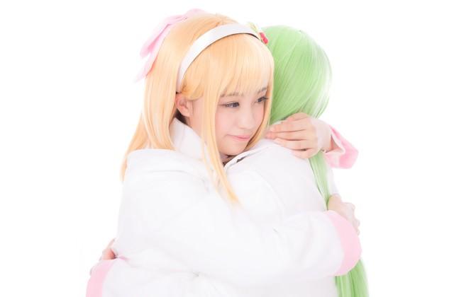 「今まで、ずっと独りで辛かったよね」と優しく抱きしめる薬剤師少女の写真