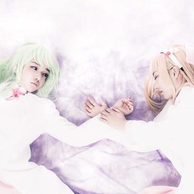 「闘いに敗れ、倒れこむ二人の少女」の写真素材