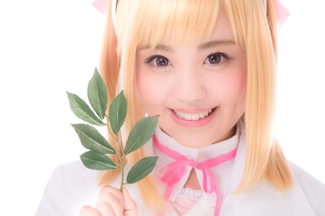 薬草を持った笑顔がキュートな薬剤師少女の写真