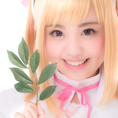 「薬草を持った笑顔がキュートな薬剤師少女」の写真素材