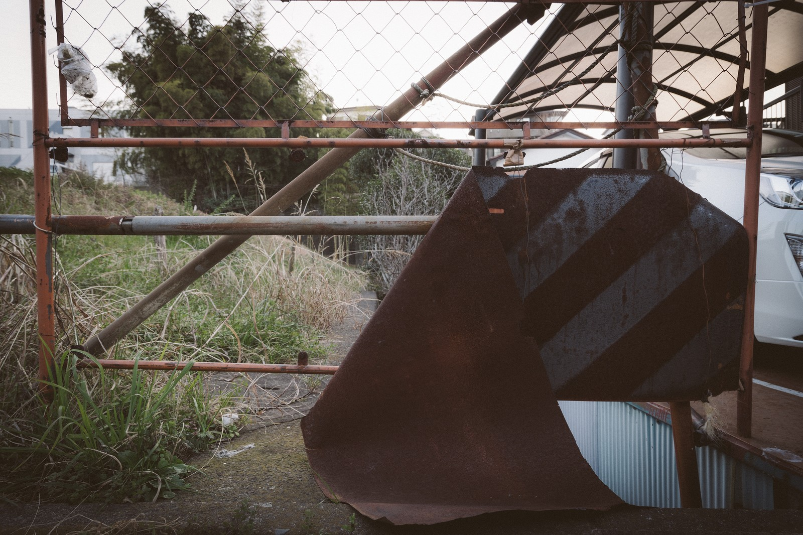 「錆びて朽ち果てた進入禁止錆びて朽ち果てた進入禁止」のフリー写真素材を拡大