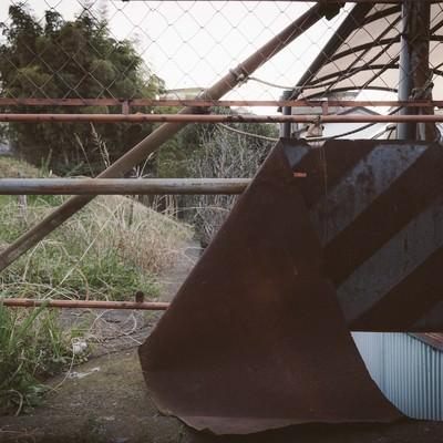 「錆びて朽ち果てた進入禁止」の写真素材