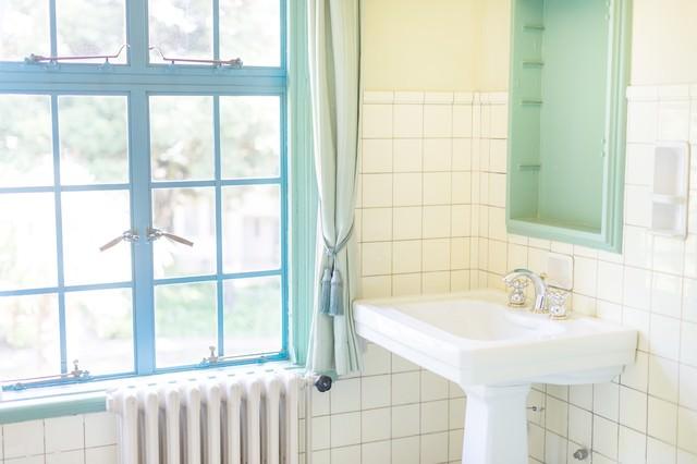 窓と洗面所の写真