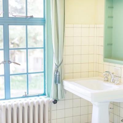 「窓と洗面所」の写真素材