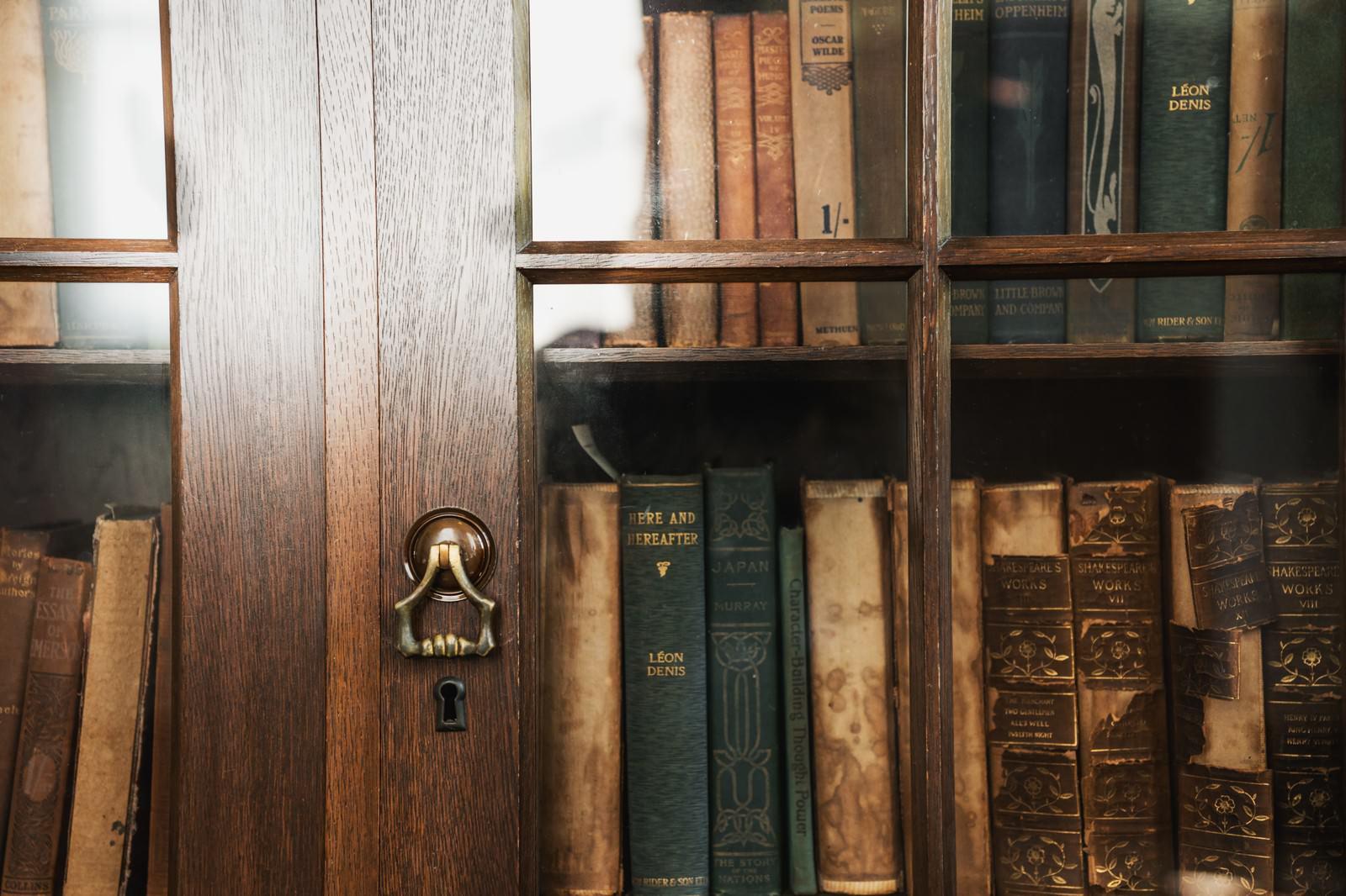 「洋書が入った本棚」の写真
