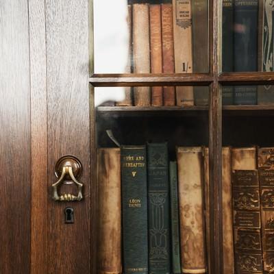 洋書が入った本棚の写真