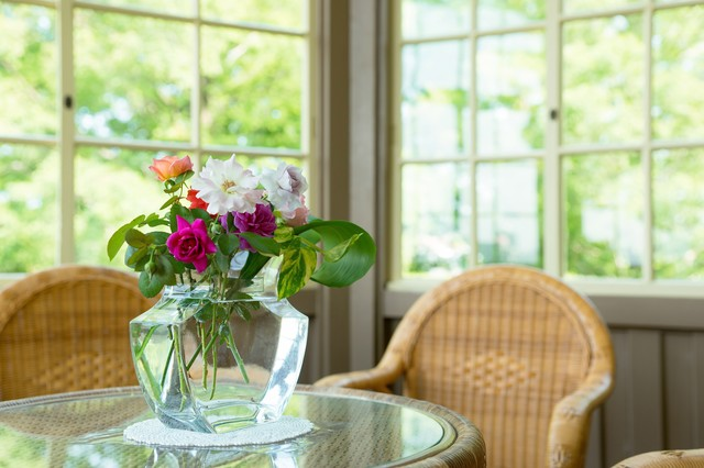花瓶とテーブルの写真