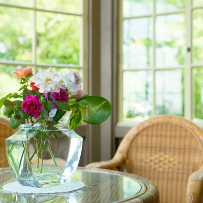 「花瓶とテーブル」の写真素材