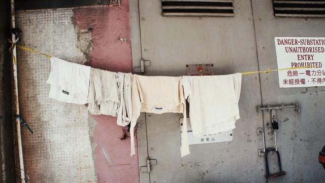 香港の街中でかけられた洗濯物の写真
