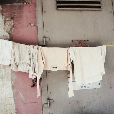 「香港の街中でかけられた洗濯物」の写真素材