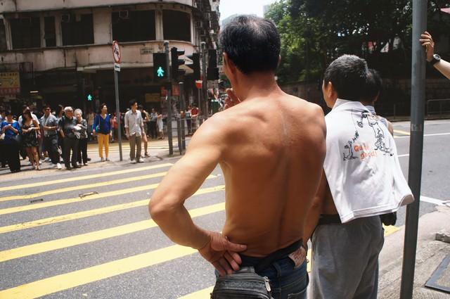 信号待ちする男性(香港)の写真