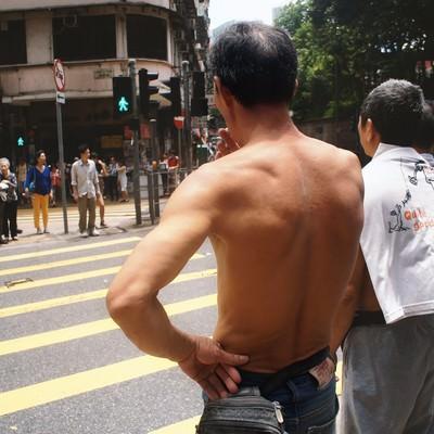 「信号待ちする男性(香港)」の写真素材